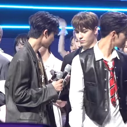 the8 was trying to figure out how to distribute the three mics in his hands and vernon, being extremely helpful, just : pic.twitter.com/fnIjlkuBVx  by 고라파덕