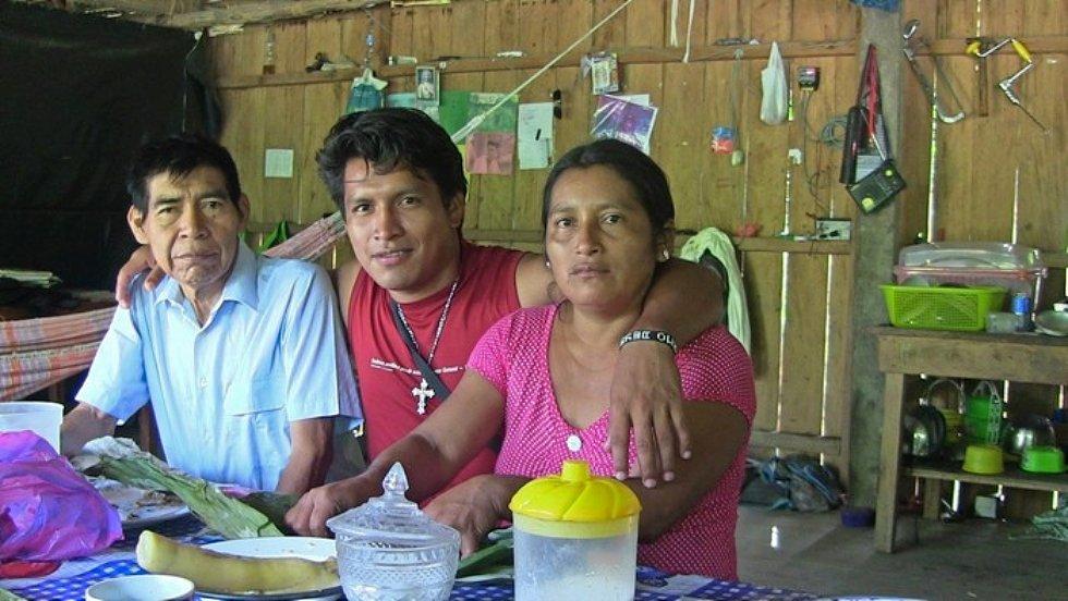 """Erika Manuin recordó cómo su padre, pese a su discapacidad y diabetes, siguió trabajando a favor de las comunidades indígenas para conseguir alimentos y medicinas, ante la amenaza del #COVID-19. """"Nos impresiona demasiado el amor por su pueblo"""", dijo.  https://t.co/9yVVEIaMra 👇 https://t.co/Qg9YmzFg0z"""