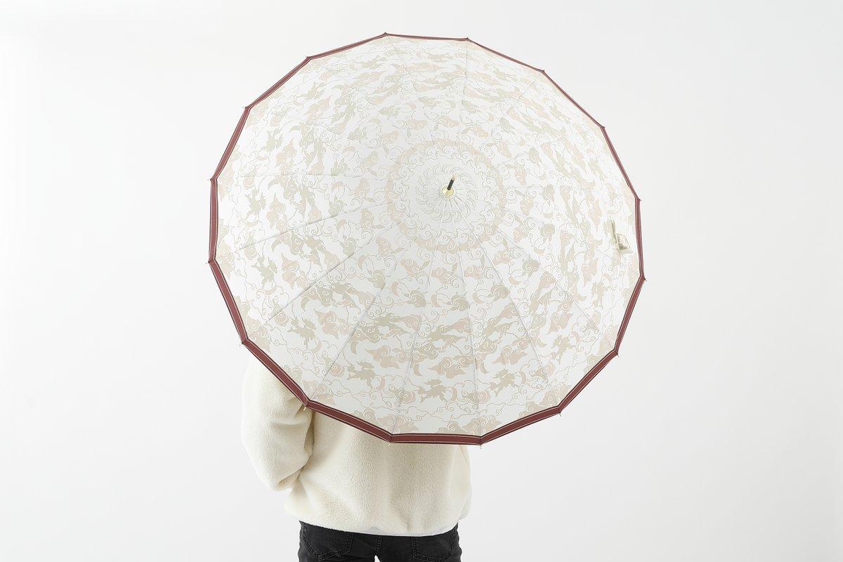 【ご予約受付中🐾】 『大神』新作コラボ傘ご予約受付中。 ベージュベースのカモフラージュ柄の中には「天照大神の御尊容」が。 憂鬱な雨の日も…アマテラスやイッスンと楽しく過ごせる☔ 詳しくはこちら🌸 ▶️super-groupies.com/feature/o-kami… #OKAMI #大神