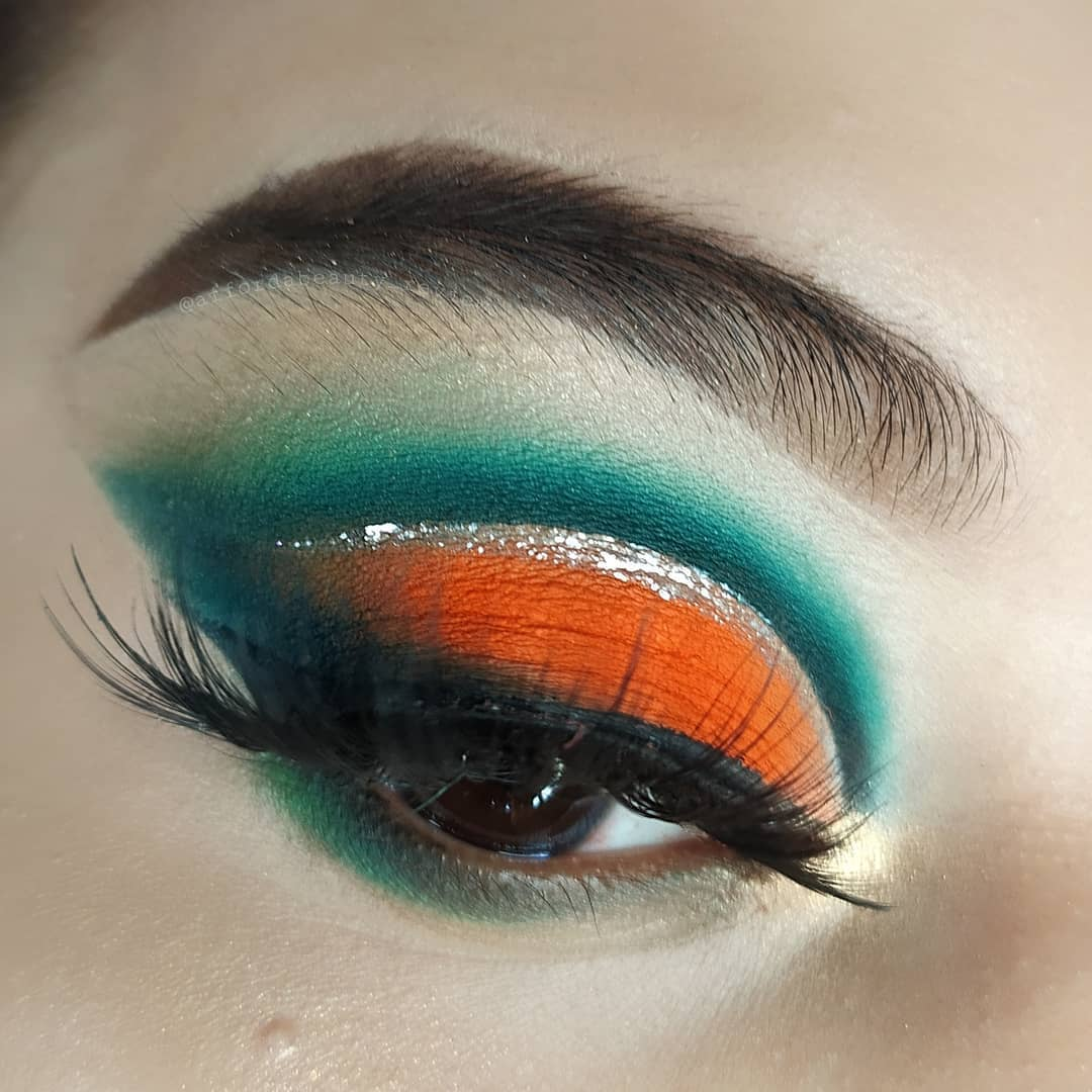 """""""The only drama that we enjoy is in the eye makeup. Talent scouts of #GlamSocial presents a dramatic eye look by @affordabeauty_review.  Want to feature your eye look on @glamsocial.in? Then, simply follow and tag us.""""  #glamsocial #vocalforlocal #cutcreaseeyes #glittermakeup pic.twitter.com/Z7PDPMbdz3"""
