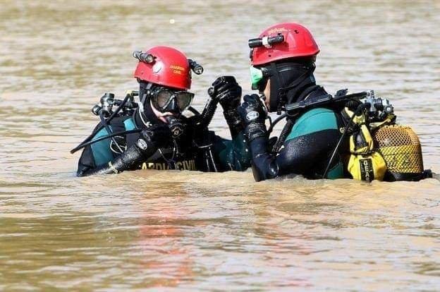 """Los Grupos de Actividades Subacuáticas (#GEAS) de la  #guardiacivil afrontan sus misiones en condiciones hostiles y peligrosas. Su alta preparación técnica y física siempre está a prueba. Si hay que """"mojarse"""" cuenta con ellos. #TrabajamosParaProtegerte   #Guardiacivil https://t.co/nBpOVDuAdz"""