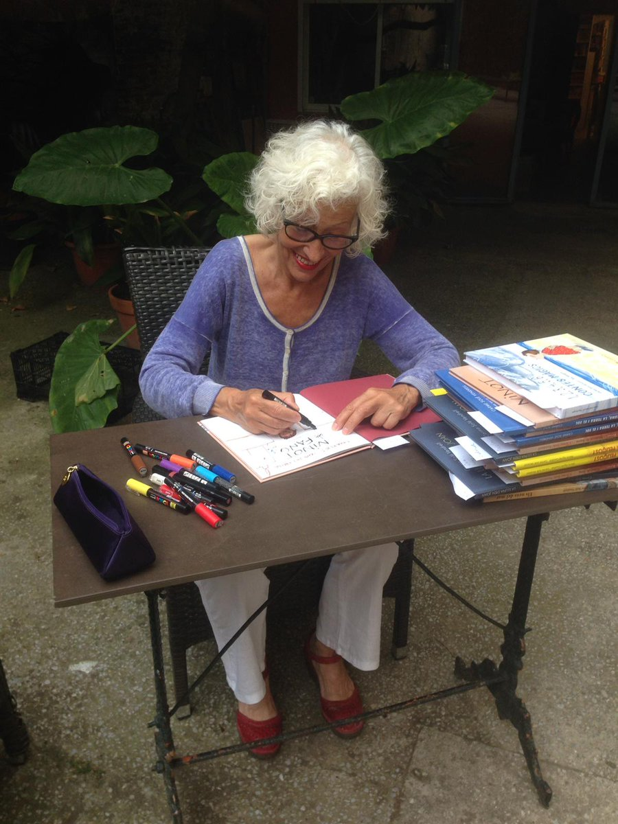 La #CarmeSoléVendrell signant els llibres que vau comprar per Sant Jordi a la #trobadadigital Poc a poc, i respectant les mesures de seguretat, les il·lustradores convidades han anat dedidant els llibres al pati de Casa Anita #SantJordi2020 #santjordivirtual #SantJordiEtsTu https://t.co/51se8dJRZz
