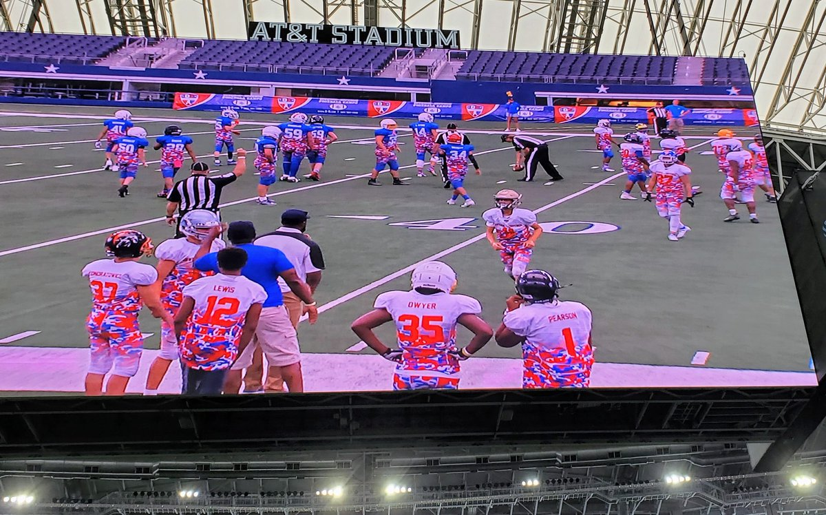 No matter how big the stage gets, it's still just a short jog to get the next play!  @BrianElinburg @CoachCondon16 #attstadium https://t.co/5E6iGkRd2O