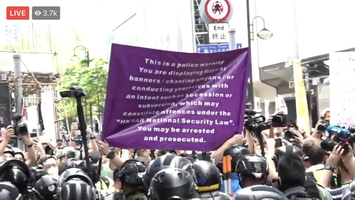 """#alvinllum #HONG_KONG Breaking: police has raised """"purple flag"""" and warned crowds in Causeway Bay could be engaged in conducts violating national secuirty law. pic.twitter.com/7pNdPsAbDe"""