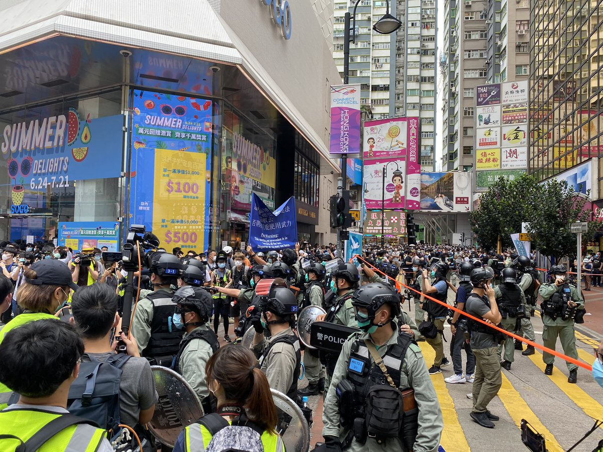 #austinramzy #HONG_KONG Police in Causeway Bay raise the blue banner and the new purple banner specifically for alleged national security law violations pic.twitter.com/lQ0PubTnMi