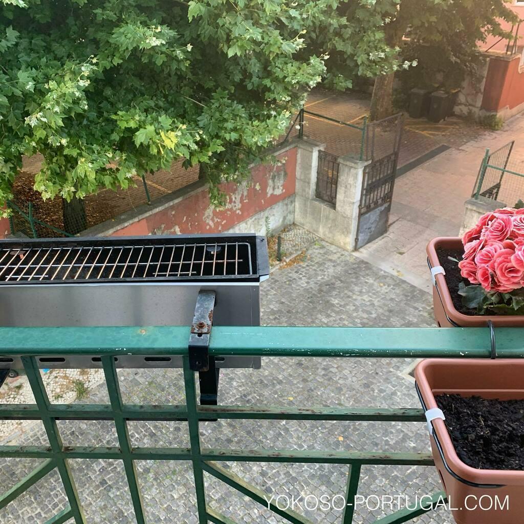 test ツイッターメディア - ベランダにかかっている、植木鉢のようなバーベキューグリル。ポルトガル人はバーベキューが大好きです。 #ポルトガル https://t.co/kYzSWQMl4x