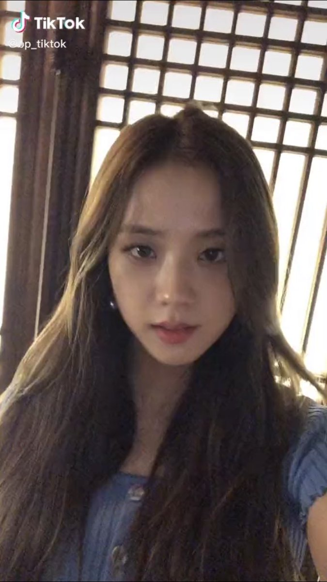 jisoo justs opens the camera and looks like that <br>http://pic.twitter.com/m95FEBaJw4