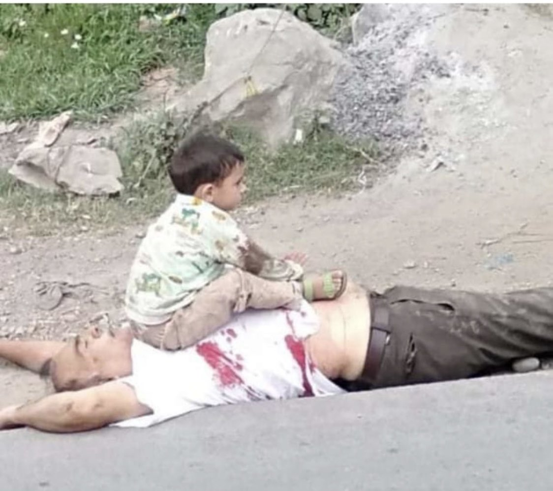 Heart breaking picture.A 3 years old kid sitting on the dead body of his father who was killed in Sopore area of J&K by Indian security forces this kid was later rescued by a policeman but who will provide him justice?#KashmiriLivesMatter @UNHumanRights @hrw @amnesty
