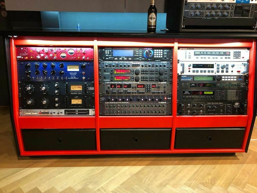 Those were the days before #daw plugins, impressive days at the @abbeyroadinstfm . So many decades ago when I worked with an #outgear rack like that. #axelritt #ironfinger #the_real_ironfinger @zoomdeutschland #recording #recordingstudio (hier: Abbey Roa… https://www.instagram.com/p/CCFuqSdIkCN/?igshid=g3335f24fx06…pic.twitter.com/Ki211Whnl8