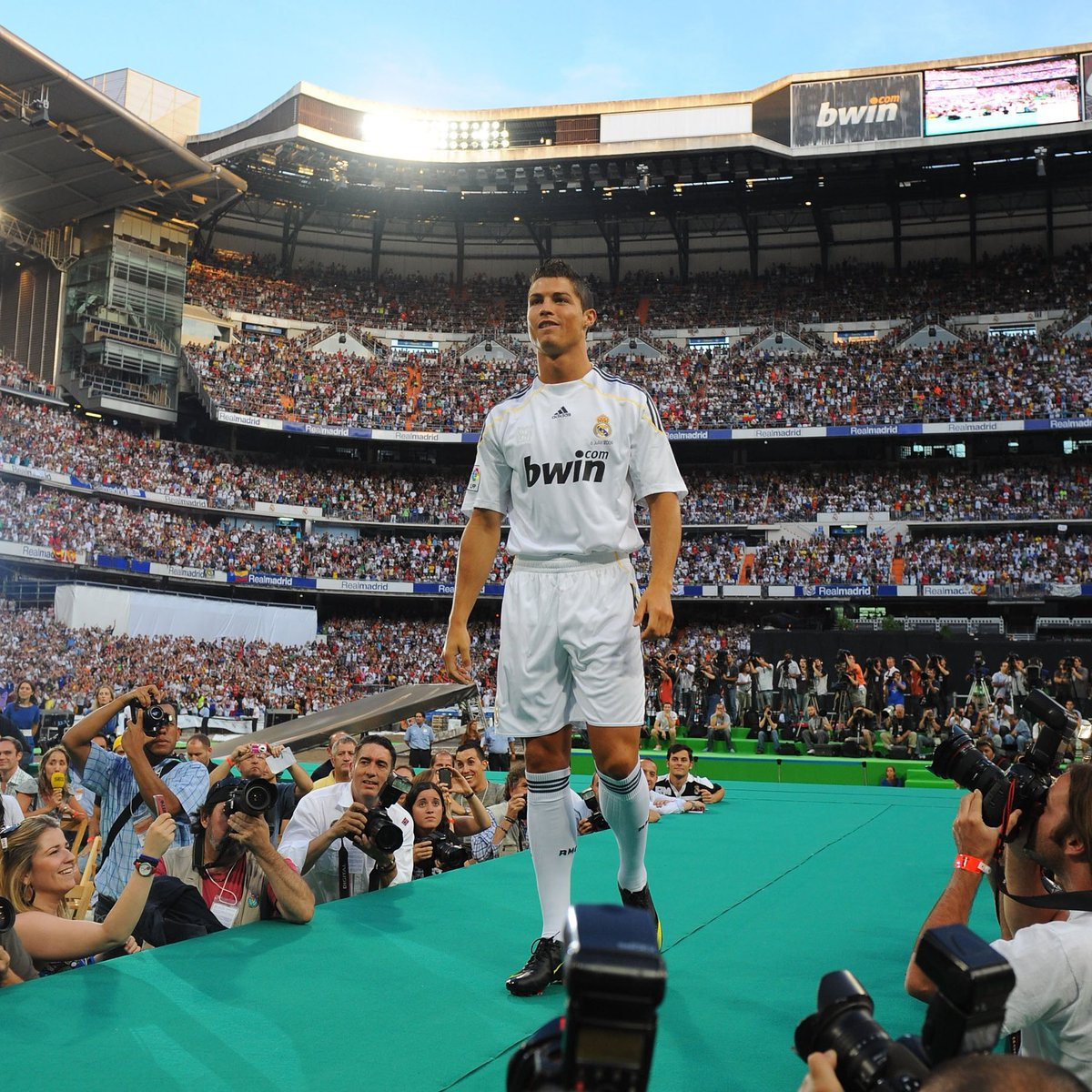 #OnThisDay in   Cristiano Ronaldo signed for Real Madrid  <br>http://pic.twitter.com/dfUdPslFF3