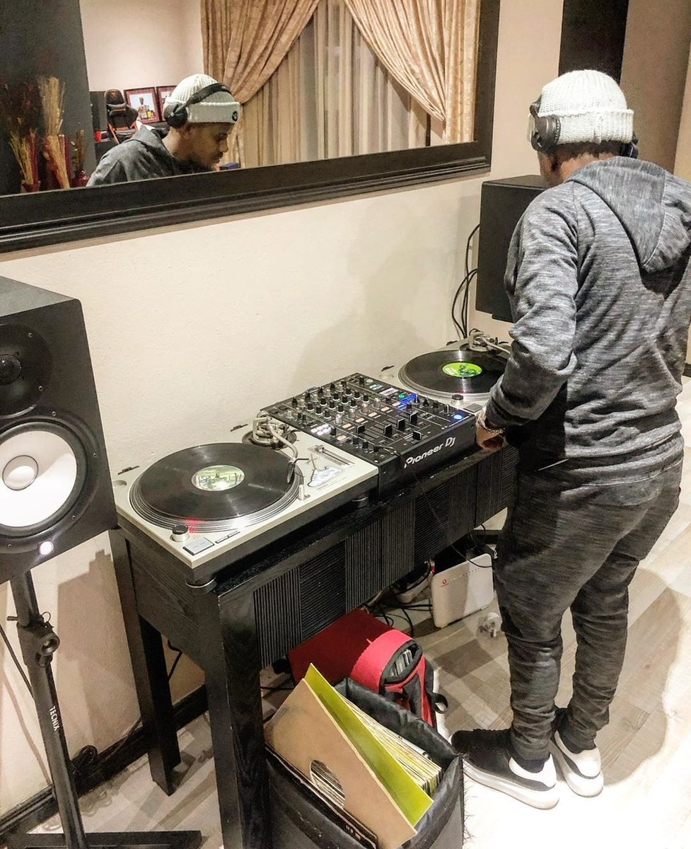 Im observing things that Kabza is doing influence culture. He is a youngin behaving like an old head. Check his influence bringing back vinyl. Now.he is messing with Deep house. Check making it commercially appealing. Who would have thought! I love the game!