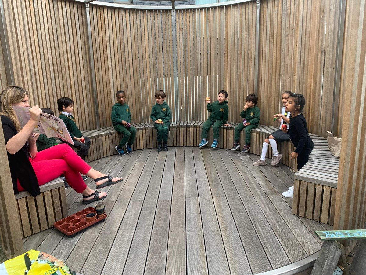 Reception are enjoying story and fruit time on the roof garden 🍎📖 #readingisfun #healthyeating #EYFS