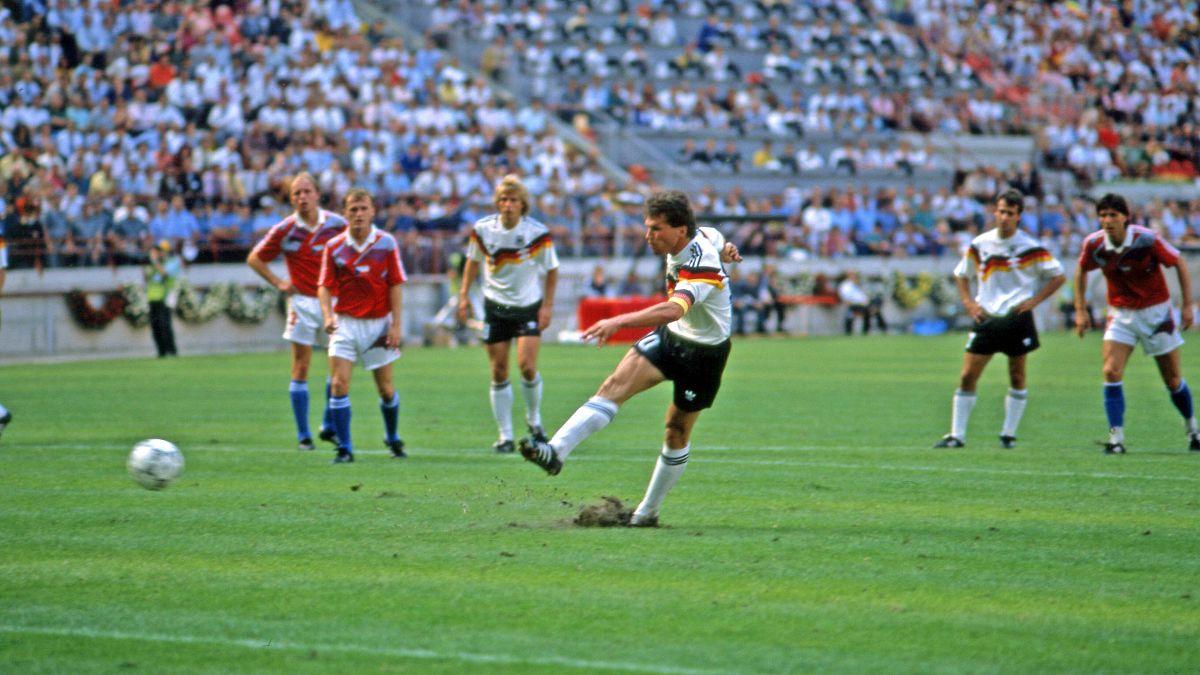 Heute vor 3️⃣0️⃣ Jahren: Das DFB-Team gewinnt das Viertelfinale der WM 1990 gegen die Tschechoslowakei. Den entscheidenden Treffer zum 1️⃣:0️⃣ erzielt @LMatthaeus10per Elfmeter❗  #30Jahre⭐⭐⭐ #Throwback #WM1990 https://t.co/I46am2J6PZ