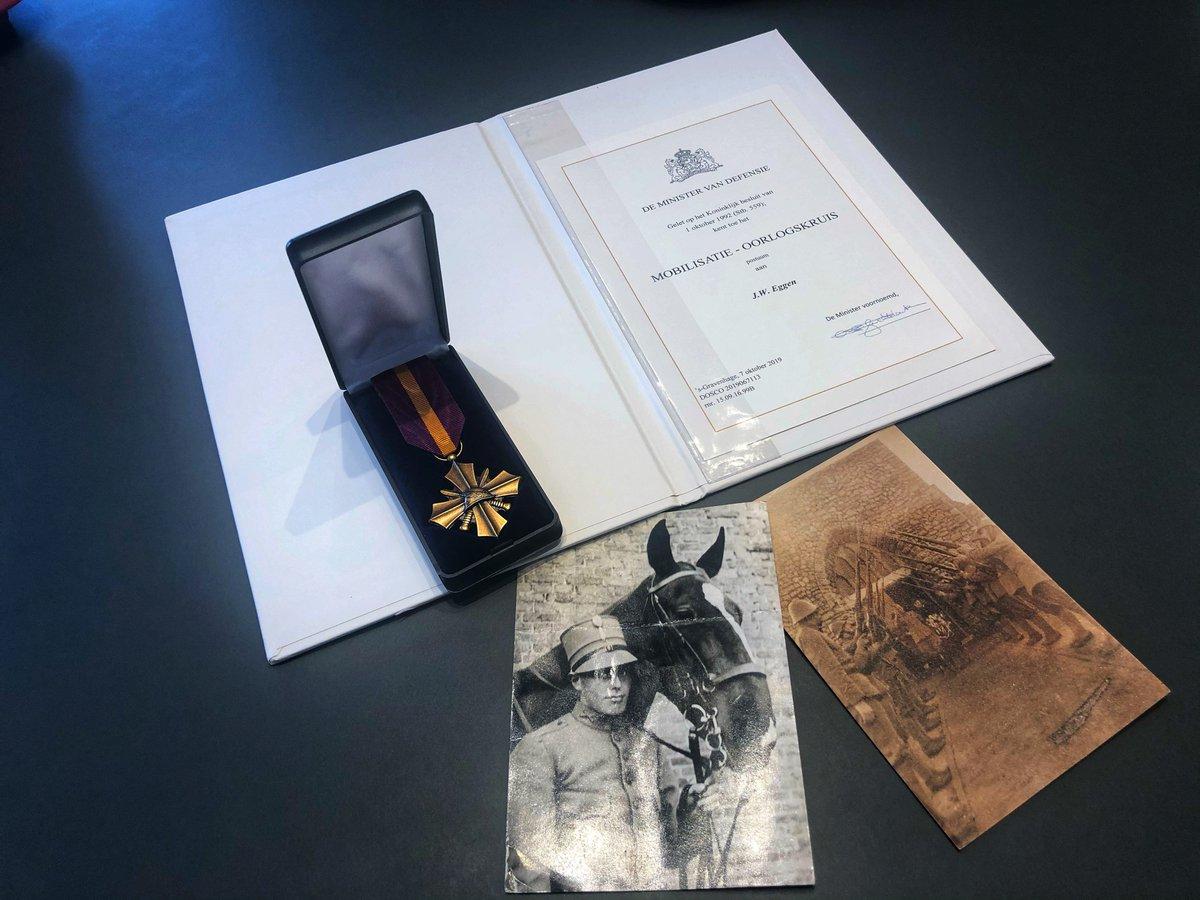 Gisteren heeft burgemeester @emileroemer postuum het Mobilisatie-Oorlogskruis overhandigd aan Herman Eggen. Zijn kleinzoon heeft de onderscheiding voor zijn overleden grootvader in ontvangst genomen. Dhr. Eggen meldde zich opnieuw als militair in 1939 voor de mobilisatie. #trots https://t.co/6aHtYFASLX
