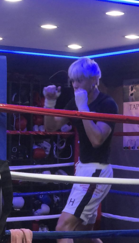 ok xuxi post a photo with boxing outfit plz pic.twitter.com/IrKsHWWiGR