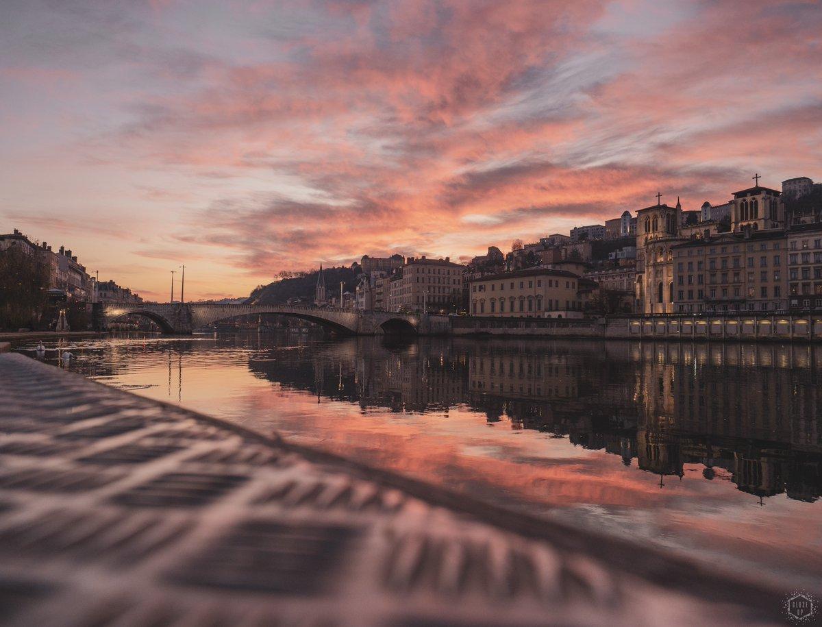 * Pink Lady *  Coup de cœur assuré avec les quais de Saône.  © Close-Up Photo  - Janvier 2020 -  #CloseUpPhoto #CloseUpLyon #OlympusFrance #OnlyLyon #VilleDeLyon #CityOfLyon #TheImaged #CityScape #Tourisme #LyonMetropole #Landscapepic.twitter.com/iEvLWKKRjC