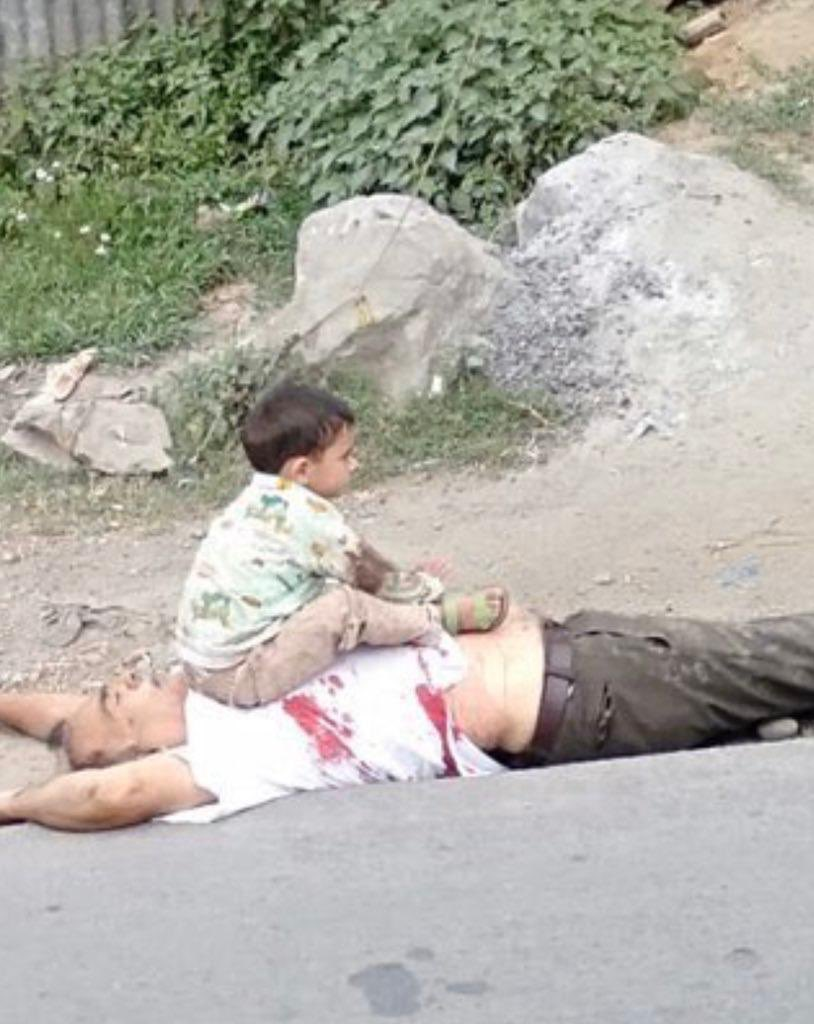 Searching for words to describe this picture of grief & helplessness of the Kashmiri people in IOJK today.  #Kashmir #IndianBrutality #KashmiriLivesMatter https://t.co/tJc4xY3VNN