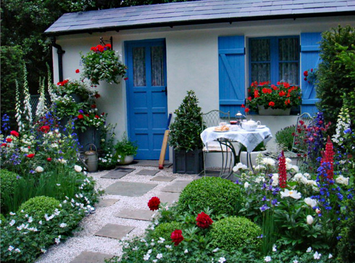 @GardenDesignMag @Proven_Winners Another shot of the Blue, white and red planting in our #rhschelsea garden...