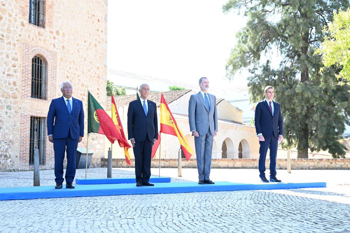 Hoy, junto al primer ministro @antoniocostapm, damos un paso más hacia la Nueva Normalidad tras el impacto del #COVID19. Abrimos la frontera entre España y Portugal y volvemos a sentirnos más cerca, como países hermanos y como pueblos con un destino común en el proyecto europeo. https://t.co/m23uQ6ykmz