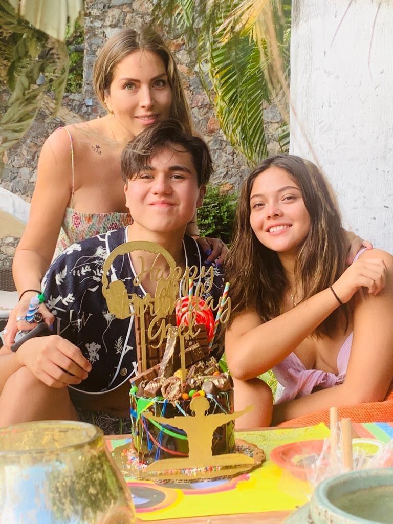Feliz cumpleaños Galle #cumpleaños @KarlaPineda1 la pasamos muy deli ,, los niños crecen y crecen https://t.co/ZpQE8b6OjE