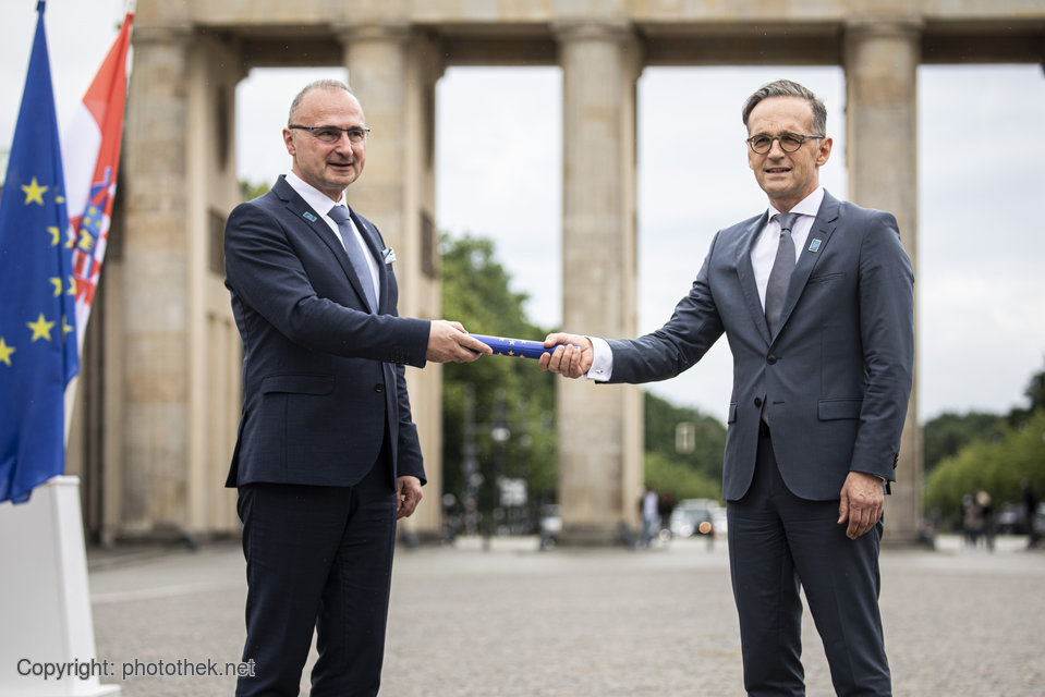 Hvala lijepo, Hrvatska! Thank you so much 🇭🇷 & congratulations for your successful & extraordinary EU Council Presidency. Thanks to your efforts Europe was able to act, even during climax of #Covid19 - @HeikoMaas takes over baton from @grlicradman. #EU2020DE https://t.co/IhLoY6CjpY