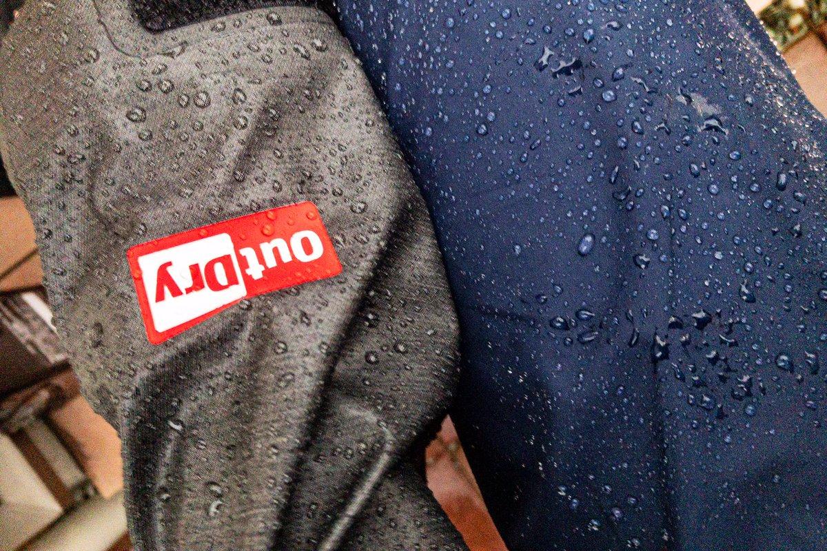 レインウェアのアウトドライがなかなかイイ感じ。(→はメンテ直後のオムニテック) 水をコロコロ弾かないけど、 写真みたいに20分雨に濡れてもペタ〜っと表面レイヤーに染み込んでこないのは嬉しいっス。 メンテも楽そう(´∀`) https://t.co/3IjdOGNk3U