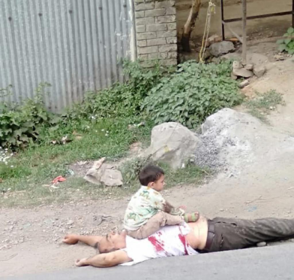 A 3 year old child sits on his grandfather's lifeless, bullet ridden body in Indian Occupied Jammu & Kashmir. This is the real face of Modi's fascist India. #KashmirBleeds https://t.co/50Vrv1LIrG