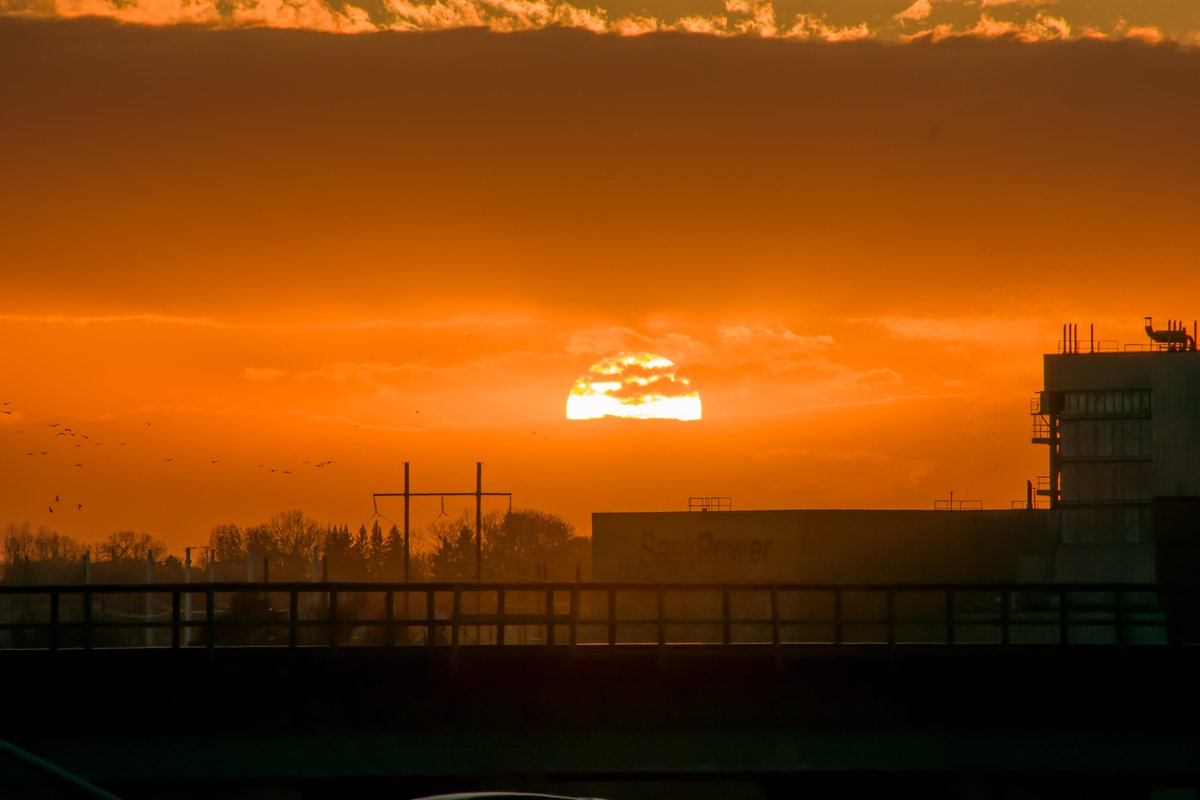 Sundown in the Paris of the Prairies Wheat kings have all treasures buried  📸: Laura Cadotte, Saskatoon, Saskatchewan #ShareYourWeather #OhCanada https://t.co/ZN5wQld0f5