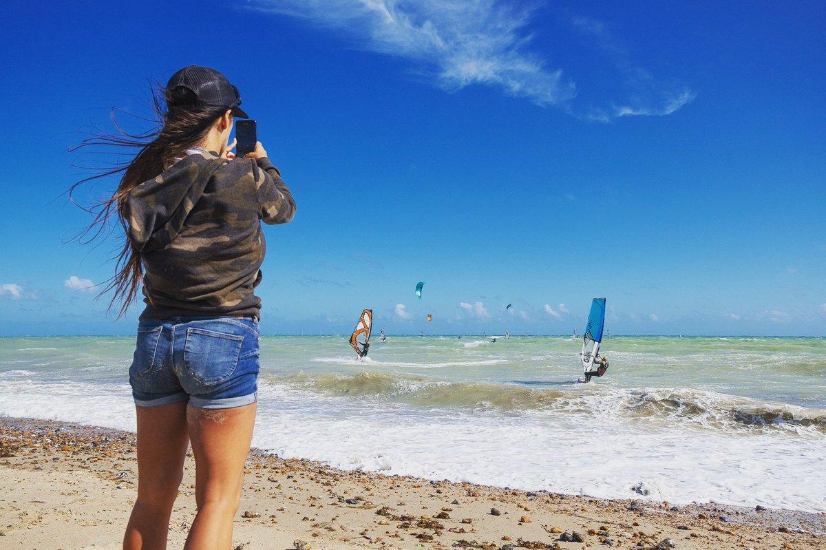 Kitesurfing and windsurfing in England on Sunday #SportsPhotography #Windsurf #Kitesurf #Kiteboarding #Photography #Aventures #Travel #TravelPhotographypic.twitter.com/0P9w72dTF5