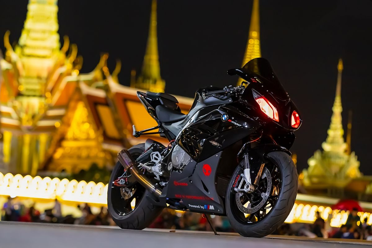 A certain darkness is needed in order to see the stars. 😈 #MakeLifeARide #NeverStopChallenging #S1000RR #BMWMotorrad 📸: takongducati (IG)