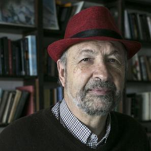 📚Los libros hablan Los libros y la radio son parte de nuestra vida siempre. Por eso hoy recordamos las charlas que tuvo Daniel Divinsky con Javier Vásconez y Pablo Bernasconi a las 20. Escuchalo por aca👇 https://t.co/oA33XcuFp5 https://t.co/ZtsfB9LaH1