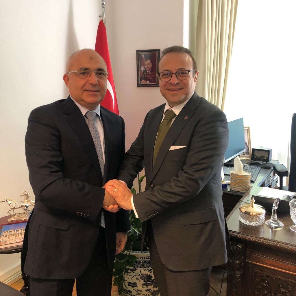 """Prag'daki görevine yeni başlayan dost ve kardeş Azerbaycan'ın Büyükelçisi Sn Adish Mammadov Büyükelçimiz @EgemenBagis'ı ziyaret etti.Büyükelçiler """"Bir Millet,İki Devlet"""" anlayışıyla dayanışmaya devam edeceklerini belirttiler. Sn Mammadov'a Prag'a hoşgeldiniz der,başarılar dileriz https://t.co/94IGxfXdmZ"""