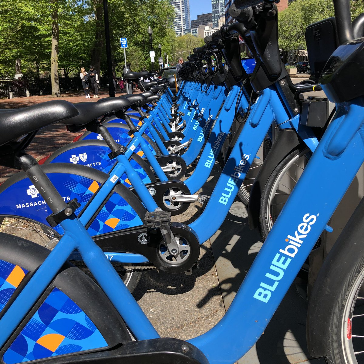 City of Boston, Brookline, Cambridge, Everett & Somerville are offering essential workers a free 30-day pass on @RideBluebikes. Including; * Employees of retailers & restaurants * Employees of grocery stores * Employees of pharmacies * Hospital staff boston.gov/news/free-blue…
