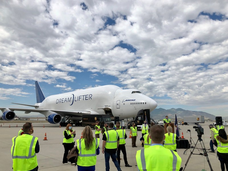 @Boeing Dreamlifter (large cargo plane) delivered 500K face masks for school children to Salt Lake City. @AtlasAirWW flies plane; @UPS @flexport helped w/Customs clearance. @hmcoleclothing, @cotopaxi  each donated 250K masks <br>http://pic.twitter.com/5f0gfeUij9
