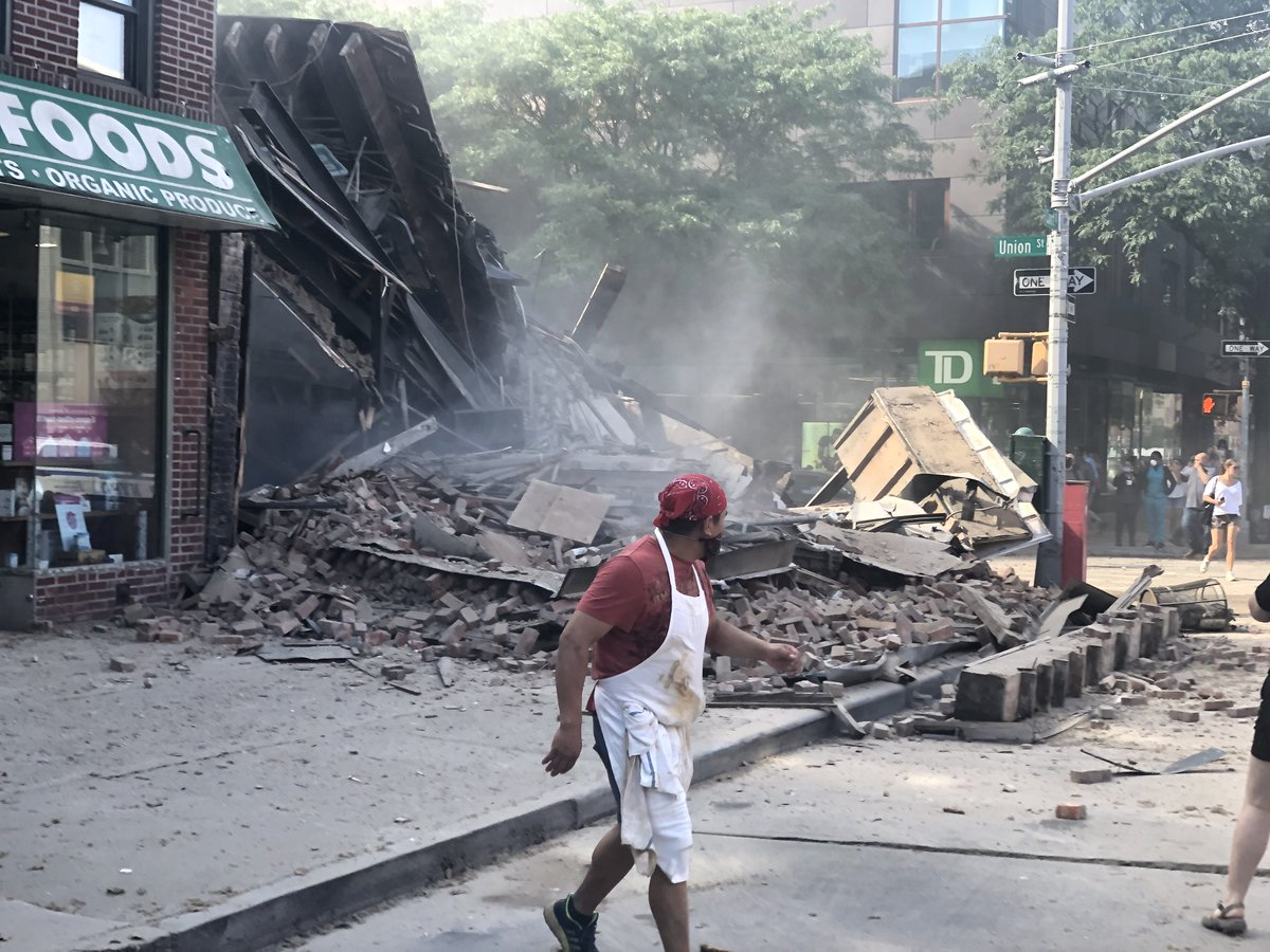 #brooklyn #collapse taken about 50 seconds after collapse...pic.twitter.com/bb2IVitMa1