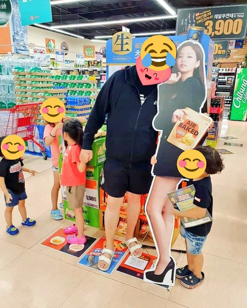 People be taking pics with Jennie's standee for Air Baked  <br>http://pic.twitter.com/UQ67mrzoW8