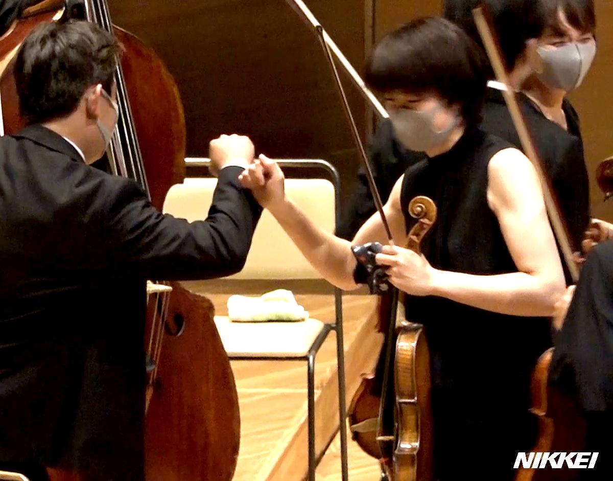 新型コロナウイルスの影響で観客を迎えての演奏自粛を強いられてきた、東京交響楽団が3カ月ぶりに定期演奏会を開きました。再開に至るまでの演奏者やスタッフの苦労と努力を、演奏会当日の映像とともにご覧下さい(横)https://t.co/8RVFg7Togs https://t.co/AdsdKN698i