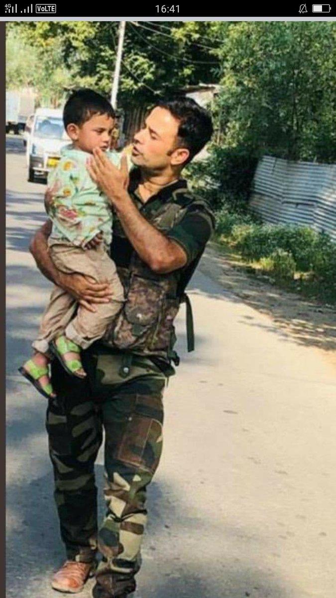Porkistani jab puri bat pata na ho to na bolo...Sale pakistan ke bujdil terrorist ne is ke grand father ko mara indian army ne bache ko bachaya h pic.twitter.com/CtiFYbzeLK