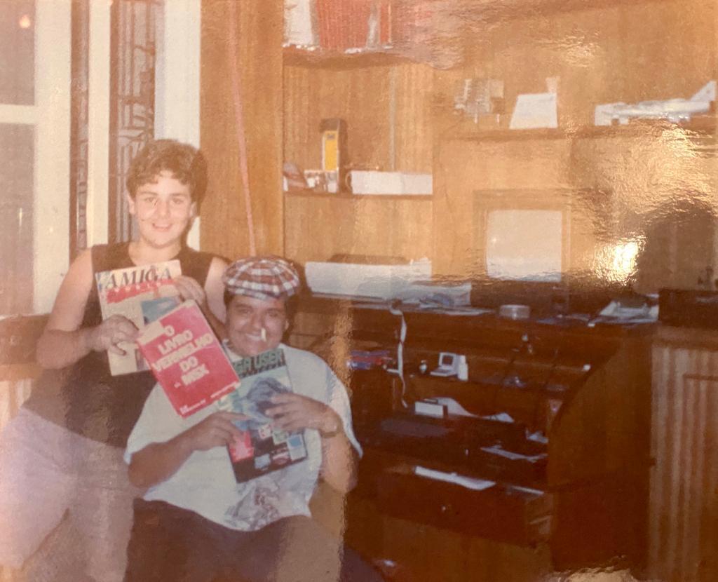 """hbarcellos shares """"MSX Battlestation (Sharp Hotbit) late 80s. I'm the standing one holding MSX red book. Good old times!"""" https://redd.it/hjmhpqpic.twitter.com/pnBjP5MnMg"""