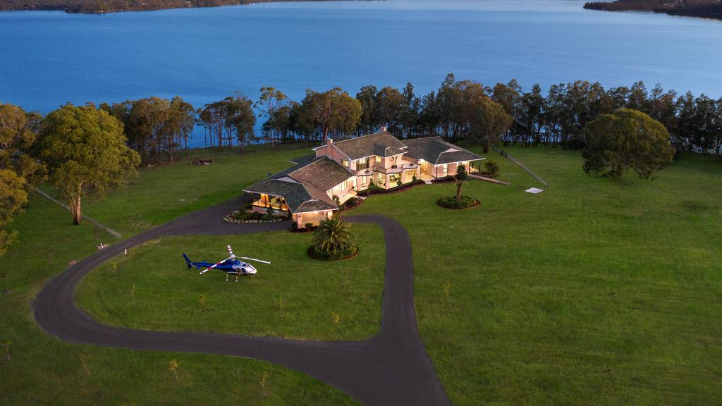 This breathtaking property is the ultimate private waterfront retreat, with three levels of luxury, room for a helicopter and an epic car showroom that will blow you away. https://t.co/70jiv6TTY0 #realestateau #NSW via @owenroberts791 https://t.co/loWTVJlRuS