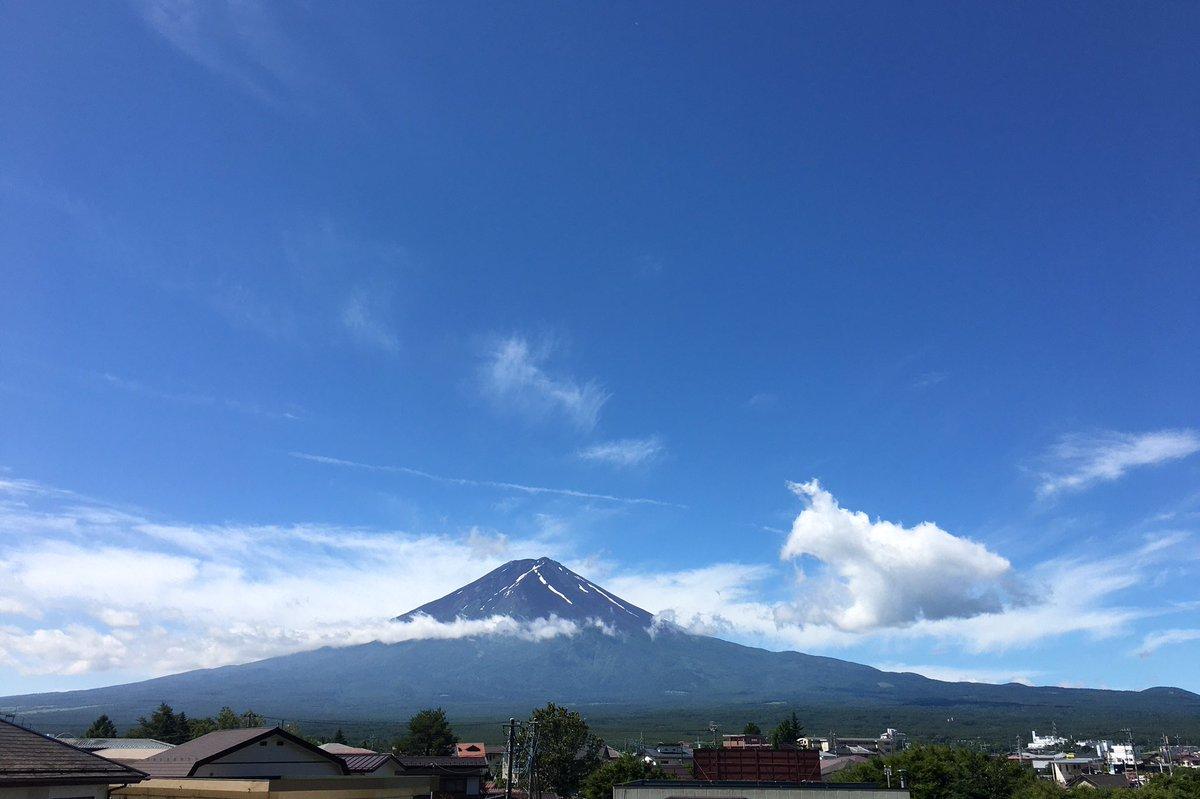河口湖自宅から9時35分。富士山の横に犬が座ってる…ように見える(^^) #fujisan #mtfuji #富士山 https://t.co/8HemWsmtAu