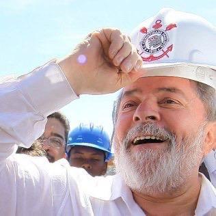 Hoje é dia da torcida que sempre foi muito além do futebol. Que luta pela democracia desde a sua fundação! Parabéns, @gavioesoficial!   Foto: Ricardo Stuckert https://t.co/4Sah1RXyQW