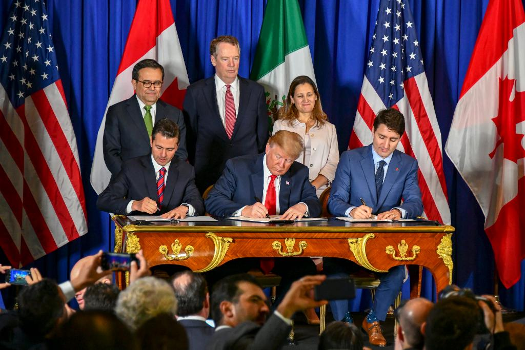 """Because of its weak, voluntary labor and environmental """"rules,"""" NAFTA cost America millions of jobs and devastated working-class communities.  As of today, NAFTA is gone!   President @realDonaldTrump keeps his promises. 🇺🇸   1600 Daily: https://t.co/A68ueVC88u https://t.co/b6Ay5OzLqB"""