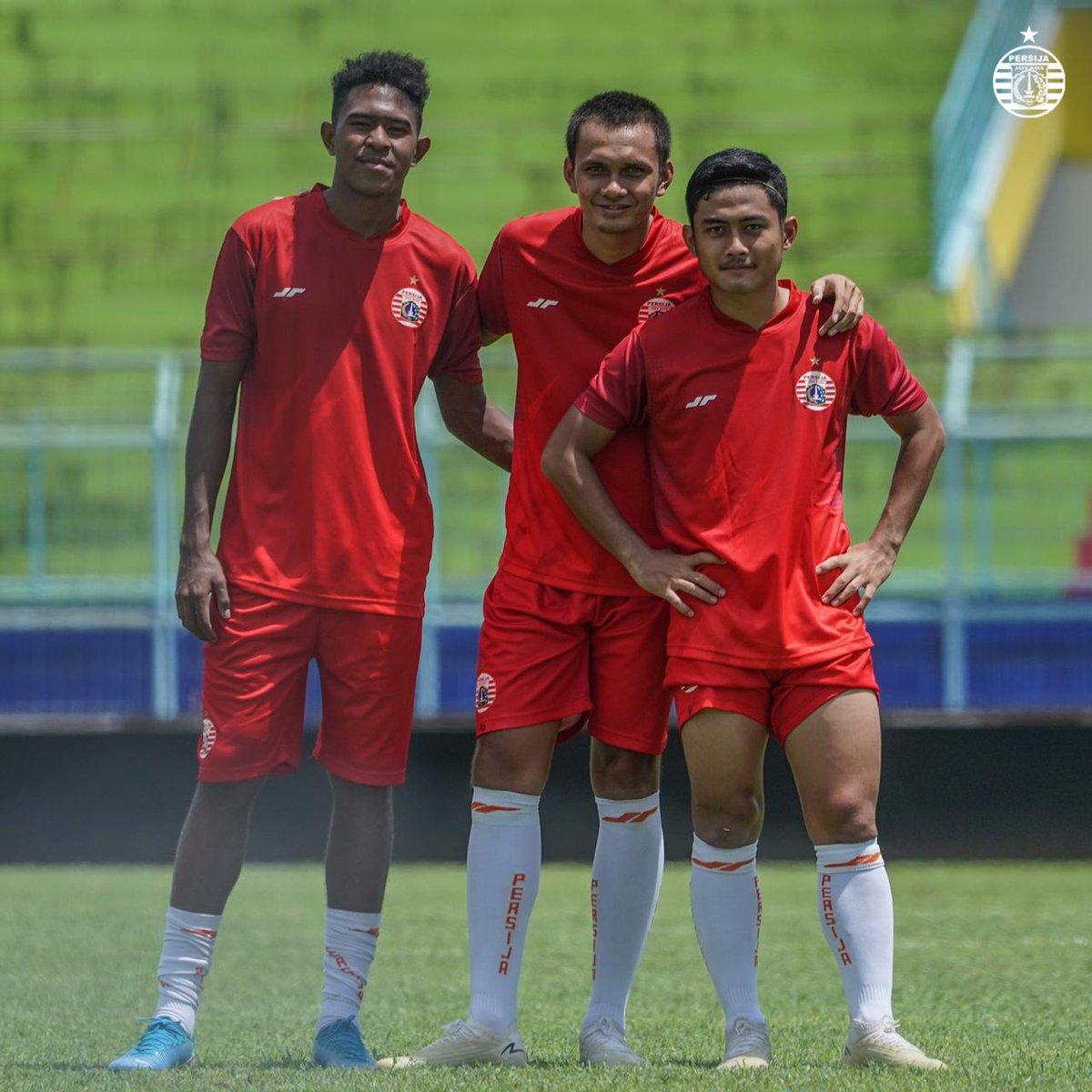 Senyuman siapa yang paling manis dari ketiga pemain ini, Jak? 😊🐯  #ThursdayMood #BelieveIn12 #PersijaJakarta https://t.co/drrXcPg5mp