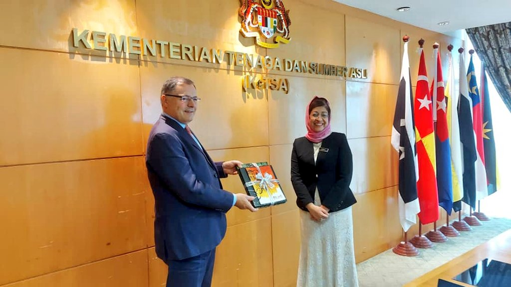 High Commissioner @UKAmb_Hay met Datuk Zurinah Pawanteh, Sec Gen of @KeTSAMalaysia to discuss #COP26 #ambitions and expanding conversations into other thematic areas on #energy #transition, #sustainable supply chains and #nature based solutions. https://t.co/q2eKIJ4cNZ