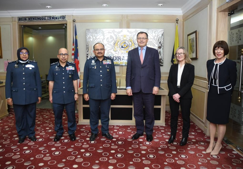 High Commissioner @UKAmb_Hay made an introductory courtesy call on  Director General Datuk Abdul Latif of @KastamMalaysia.  We look forward to working closely on key priority areas.  🇬🇧🇲🇾 https://t.co/z8PmJzwzzz