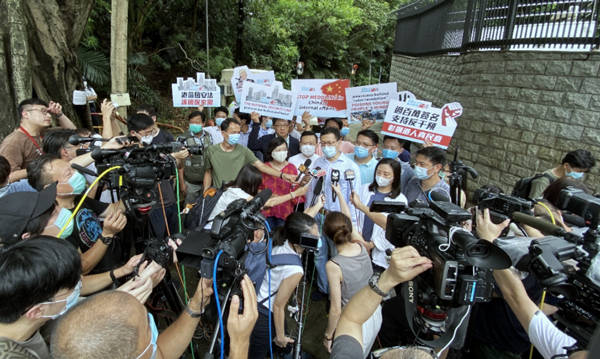 No external intervention! Signatures of over 1.65 million #HK residents were submitted to the US Consulate General on Thu to express their opposition to interference from US and other external forces in #China's internal affairs and Hong Kong affairs. #NationalSecurityLaw for #HK https://t.co/xKtSB6oXAg