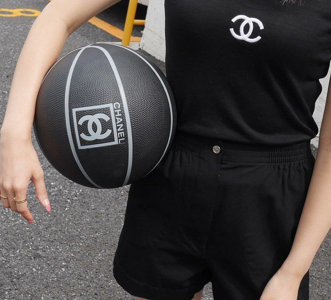 Jennie playing basketball  https:// twitter.com/theamazingkuma /status/1278312565555126272  … <br>http://pic.twitter.com/W2eMbyB8lk