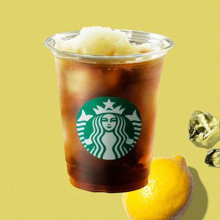 【さっぱり】スタバに「コーヒー×レモネード」の新作が登場!「コールドブリュー コーヒー フローズンレモネード」は、レモンの爽やかな香りとほどよい酸味を際立た一杯となっています。