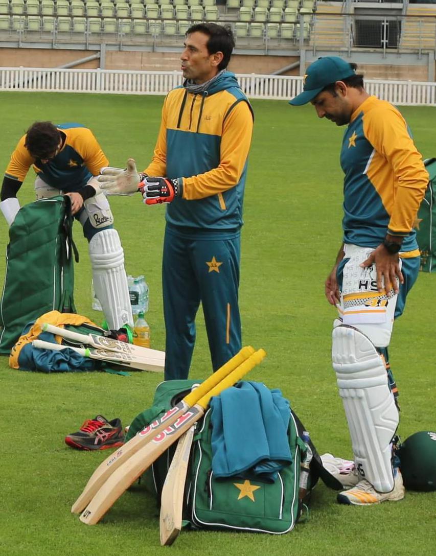 Legend @YounusK75 straight away in action, passing on his knowledge to @SarfarazA_54 😍  PC: PCB  #ENGvPAK #Cricket #Pakistan #SarfarazAhmed #YounisKhan #Worcester #England https://t.co/fLQwhGPo86